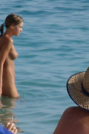 undressed naked babes completely undresses in the beach of nudists