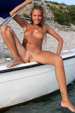 cute naked babes offers pussy for sun by the sea