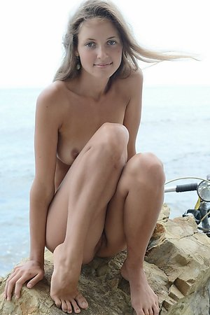 delicious nudist girlfriend enjoys being naked on orient beach