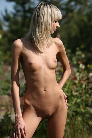 Skinny blonde amateur exposing her goodies outdoor in the sun