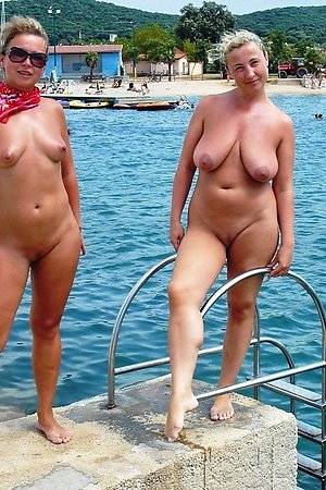 Outside hotties showing their nude bodies